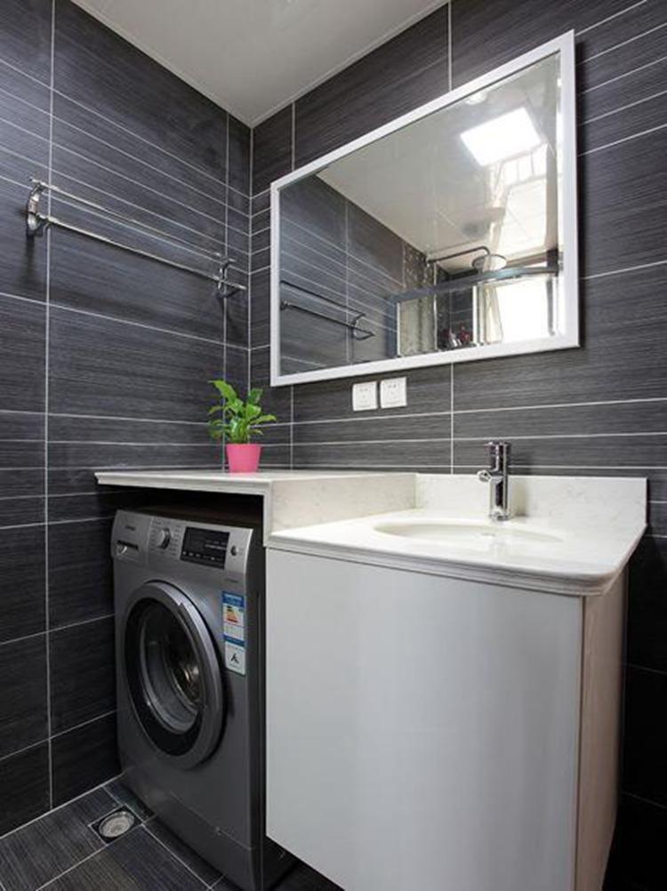 现在很多家庭都在使用洗衣机,可是洗衣机放哪里好呢? 阳台 or 卫生间?Where is better?  PK  一、如果放在卫生间  优势 第一,因为卫生间的先天性条件就是排水系统做得不错,所以这时候洗衣机的排水也不用做得太过于复杂,装个排水管就可以。 第二,洗完澡就可以直接将衣服放进去,挺方便的。